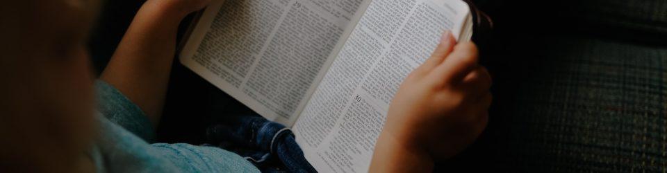 Kind Mädchen Kinder Lesung Buch Bibel Black Book